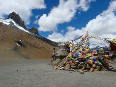 Ladakh no es precisamente un rincón, sino toda una región, aunque su aislamiento y su lejanía la convierten en un escondite mágico y único. Ubicada en el extremo norte de la India, entre los Himalayas y la cordillera de Kashmir, Ladakh limita con China hacia el este y con Srinagar -capital musulmana de Jammu-Kashmir-, cercana a la frontera con Pakistán.  Poco habitada, dueña de inviernos que la aíslan del mundo durante 6 meses, Ladakh es un gran altiplano rodeado de inmensos picos y…
