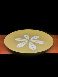 cathrineholm of norway 1962-65. grete prytz kittelsen. CATHRINE series. LOTUS design. olive green w/ white. iron. ø 26 cm. available in a large variety of colors. most commonly red, orange, yellow, royal blue, light blue, light green, beige, olive green, brown and black. exists in three sizes: 19, 26 and 31 cm.