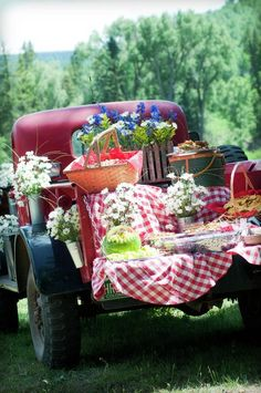 Farmhouse wedding: western buffet ideas-perfect Fourth of July picnic by the creek! Fall Picnic, Picnic Time, Summer Picnic, Country Picnic, Beach Picnic, Summer Bbq, Spring Summer, Vintage Picnic, Vintage Country