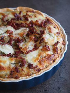 Sprød og lækker kartoffel bacon tærte med grøntsager og ost. Tærte smager dejligt og det er desuden god måde at få brugt rester af ugentlige grøntsager på.