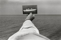 Né en 1932, l'américain Kenneth Josephson fait partie des premiers et plus influents photographes conceptuels et ses images sont aujourd'hui dans les collections des plus grands musées. Avec ses images en noir et blanc il place des photographies à l'intérieur des photographies à la prise de vue ou plus tard, crée des illusions et joue …