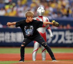 ウルトラマンが京セラドームでの始球式に参加