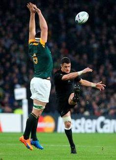 Sud-àfrica 18-20 Nova Zelanda #RWC2015 Dan Carter of the New Zealand #AllBlacks kicks a drop goal past the block of Francois Louw of South Africa