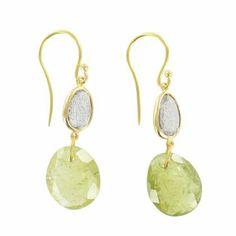 Boucles d'oreilles Xia - Émotion. Pierres de charme pour ces boucles d'oreilles en or jaune, grenat vert et serti de labradorite.