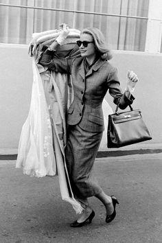 Grace Kelly avec un sac Hermès quittant Hollywood en 1956