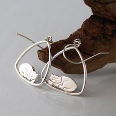 Perfect earrings for the Cat Lover! Smiling Cat resting on a swing - Dangle earrings Sterling silver or Gold plated Sterling Silver - vermeille - NICKEL FREE   >> Solid Sterling Silver 925 or Gold Plated Sterling silver - vermeille The ear pierce on the Gold earrings is 14K GOLDFILLED (A slight change in color)  >> Nickel Free   Size: >> Total Length : 33mm - 1.29 inches >> Triangle: 21.4mm - 0.8 inches   Back to shop: https://www.etsy.com/il-en/sho...