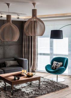 Turkusowy fotel w aranżacji salonu o stonowanej kolorystyce
