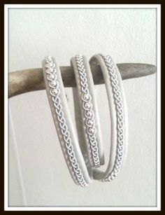 Das Sami-Volk ist die Aborigines Norden Skandinaviens, mit 10 000years alte Geschichte. Es ist etwa 17000 Sami Leute heute in Schweden leben, 3000 von ihnen leben heute auf Rentier-Panade, Sami Leute bekannte für ihre Zinn/Silber Armbänder.   Die Armbänder sind aus weichsten RENTIERLEDER oder Lamd Leder, hochwertige gesponnen Zinn Draht (nickelfreie mit 4 % Silber), Antlor Tasten, einige Modelle umfasst Silber Beads.  Alle Armbänder sind von mir handgefertigt mit Präzision und Liebe =)  Über…