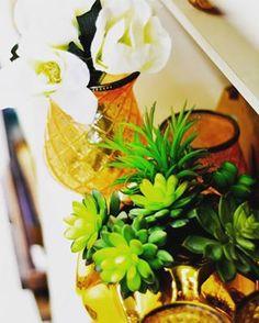 Suculentas e vasos dourados lindos. Uma decoração linda com muito requinte   Formosinha Decorações