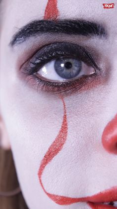 Are you looking for inspiration for your Halloween make-up? Browse around this site for creepy Halloween makeup looks. Clown Makeup, Sfx Makeup, Cosplay Makeup, Costume Makeup, Makeup Tips, Unique Halloween Makeup, Halloween Kostüm, Maquillaje Halloween Videos, Fantasias Halloween
