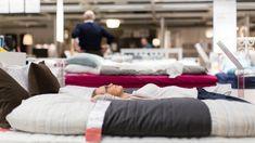 Choosing the perfect mattress. Casper Mattress, Queen Mattress, Comfort Mattress, Cheap Mattress, Best Mattress, Mattress Brands, Sleeping Alone, Buy Pillows, Kitchens