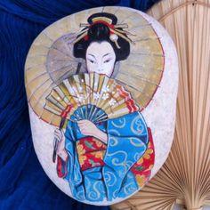 Uzakdoğu figürleri her zaman ilgimi çekmiştir. Öncedende suluboya ve guaj olarak kağıda çalıştığım benzer japon kızı figürlerini şimdide taşlar üzerine uyguladım. Bence oldukça dekoratif oldu, siz ne dersiniz? Ps: shipping worldwide.#geisha #figür #taşboyama #stoneart #artlovers #elyapımı #handmade #instaart #instagood #dekoratifboyama #makers #instamakers #photooftheday #myartwork #likeforlike #instalike #tagsforlike #design #art