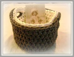 Little Sweet Things: Beschrijving gehaakt zpagetti mandje Crochet Decoration, Wicker Baskets, Straw Bag, Free Pattern, Crochet Tutorials, Crochet Ideas, Diy, Bags, Home Decor