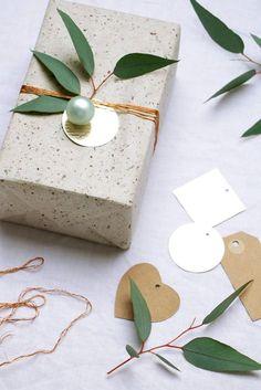 "Inpakken voor kerst met groen | christmas gift wrapping | Bron: Tekst en fotografie Marij Hessel <a href=""http://vtwonen.nl"" rel=""nofollow"" target=""_blank"">vtwonen.nl</a>"
