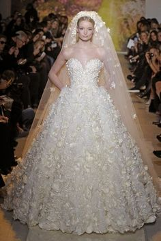 Hermoso vestido de novia con flores de relieve de Zahir Murad.