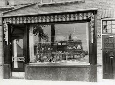 Gezicht op de etalage van de brood- en banketbakkerij Lubro (Amsterdamsestraatweg 390) te Zuilen.ca1920