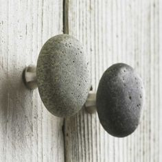Links to a 'How to' make these type of knobs yourself. Love the color of the wood in the background. [could get perfectly tumbled rocks from the beach]