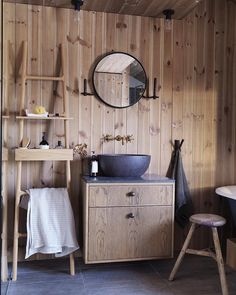 Ha det på badet - akkurat slik det passer din stil for nå finnes alt! Betong messing og kobber eller foretrekker du kanskje matmor og gull? Bade-trender og ideer finner du i bladet nå og litt hytteinspirasjon som dette fantastiske hyttebadet på Mosertoppen - innredet av Inne Design v/ Vigdis A Berg  FOTO: Studio Dreyer og Hensley by interior_magasinet