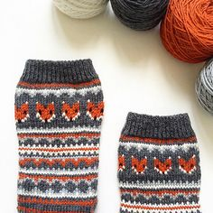 Knitting Patterns combine This sock pattern combines two amazing things - fair isle knitting and foxes! Can it get any better? Fair Isle Knitting Patterns, Knit Patterns, Stitch Patterns, Knitting Socks, Free Knitting, Knitting Machine, Punto Fair Isle, Fox Socks, Crochet Fox