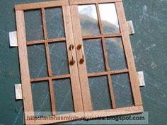 Minhas Minis - My Minis: Tutorial Janela - Window tutorial - Hue Gue Dollhouse Windows, Dollhouse Door, Dollhouse Miniatures, Miniature Crafts, Miniature Houses, Miniature Furniture, Dollhouse Furniture, Dollhouse Interiors, Doll House Plans