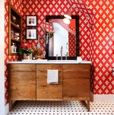 banheiro-ecletico-gabinete-de-madeira-papel-de-parede-vermelho