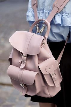 Image in Bags 👜 collection by Zoé on We Heart It Cute Mini Backpacks, Stylish Backpacks, Girl Backpacks, Fashion Handbags, Purses And Handbags, Fashion Bags, Backpack Purse, Leather Backpack, Grafea Backpack