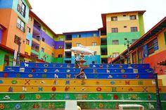 📍Guatape, Colombia❤️ WHERE'S KAOLLY???😂lol 旅人が良く行ってるグアタペって街にも行ってきたよん❤️ ほんとカラフルで可愛すぎた❤️💜💚💛💙 久しぶりのKaollyを探せ🙈💖www