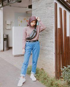 "2,772 Suka, 55 Komentar - Hennika L Dewi (@hennikalista) di Instagram: ""Morningg❤️ wearing bag from @waistbag.tangerang ✨"" Uni Fashion, Street Hijab Fashion, Muslim Fashion, Ootd Fashion, Modest Fashion, Korean Fashion, Fashion Outfits, Hijab Jeans, Ootd Hijab"