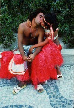 """""""Il bacio – Carnevale di Rio, Brasile, 1977"""", fotografia do italiano Mario De Biasi. Veja também: http://semioticas1.blogspot.com.br/2013/12/robert-capa-em-cores.html"""