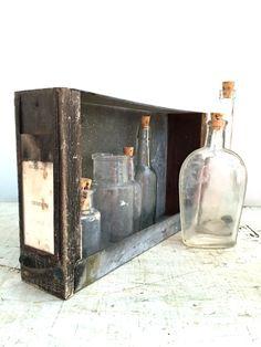 Bel tiroir médical galvanisé et en bois, porte-étiquette de poignée, craquelage et patine. Idéal pour laffichage ou de stockage. Il mesure 11 1/2 de