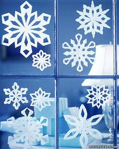 Grace your panes with paper snowflakes attaching them with poster putty. Grace your panes with paper snowflakes attaching them with poster putty. Christmas Craft Projects, Easy Christmas Crafts, Noel Christmas, Simple Christmas, All Things Christmas, Winter Christmas, Handmade Christmas, Christmas Ideas, Cheap Christmas