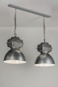 Indrukwekkende, industriële hanglamp van aluminium. De kappen bestaan uit 2 delen. Het onderste deel is van geborsteld aluminium. Het bovenste deel heeft het uiterlijk van ruw ijzer. De binnenkant van de kappen is hoogglans wit. De kappen hangen met kettingen aan de grijze plafondbalk. totaal:breedte: 111.00 cm 2 x kap diameter: 41.00 cm. Verlichting voor woonkamer , woonkeuken  of bedrijf . Home interior lights / online shop : click on this link www.rietveldlicht.nl