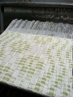 Wandering vine pattern woven as honeycomb - lovely! Weaving Textiles, Weaving Patterns, Weaving Projects, Block Design, Honeycomb, Fiber Art, Project Ideas, Vines, Weave
