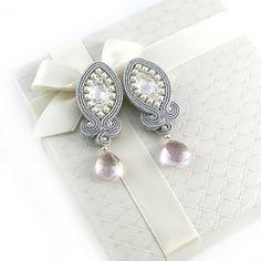 Articoli simili a Soutache WEDDING BRIDAL EARRINGS - Lady Teck - dangle earrings with Swarovski crystals. Diy Earrings Dangle, Soutache Necklace, Tassel Earrings, Shibori, Beaded Embroidery, Boho Jewelry, Wedding Bride, Jewerly, Dangles