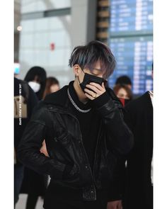 Sleepy Bobby at the airport with blue and purple hair Tumblr Kpop, Winner Ikon, Kim Jinhwan, Jay Song, Ikon Debut, Ikon Wallpaper, Korean Artist, Soyeon, Rapper