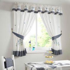 Фото — 21 Белые короткие шторы на кухню в стиле кантри