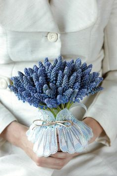To give your wedding a bucolic tone, floral designer Donna Stain at Hotel Arts Barcelona suggests a Mediterranean-inspired muscari bridal bouquet. Spring Flowering Bulbs, Spring Blooms, Spring Flowers, Purple Wedding Flowers, Flower Bouquet Wedding, Purple Lilac, Pink Lily, Scabiosa Pods, Lavender Cottage