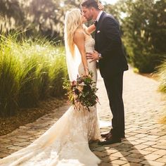 20 heart melting wedding kiss photo ideas kiss photo wedding ever wonder what a bohemian carrie bradshaw wedding might look like junglespirit Image collections