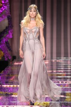 Kendall Jenner leads the models of the moment for Atelier Versace at Paris Fashion Week Couture Fashion, Runway Fashion, Fashion Models, Fashion Show, Fashion Design, High Fashion Dresses, Doutzen Kroes, Grey Fashion, Fashion Fashion