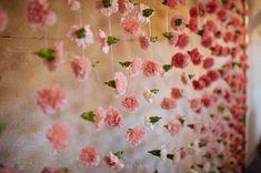 Photocall hecho de flores para bodas. Photocall de claveles para bodas