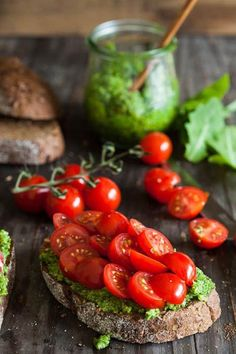 Bruschetta with pesto & cherry tomatoes (Santorinis cherry tomatoes are delicious) Think Food, Love Food, Healthy Snacks, Healthy Eating, Healthy Recipes, Healthy Detox, Delicious Recipes, Greek Recipes, Italian Recipes