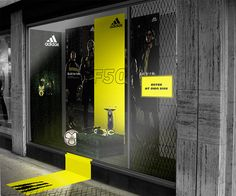 Expand the display outside of the frame - Adidas | Window Display