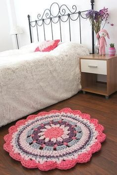 DIY - Crochet Rug - Video Tutorial and Pattern Crochet Diy, Mandala Au Crochet, Crochet Home Decor, Crochet Crafts, Crochet Doilies, Crochet Projects, Crochet Rugs, Confection Au Crochet, Crochet Carpet