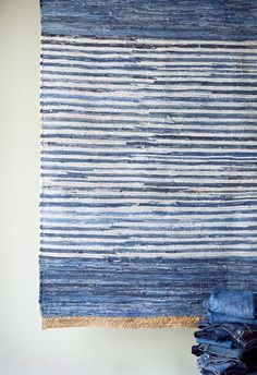 Denim rug old jeans Artisanats Denim, Denim Rug, Jeans Recycling, Recycle Jeans, Textiles, Tapetes Diy, Southern Accents, Art Du Fil, Denim Ideas
