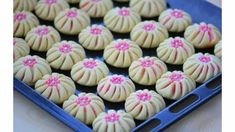 Bridal biscuit (Pinwheel cookies) very easy to make, … - Sobremesa Pistachio Cookies, Biscotti Cookies, Pinwheel Cookies, Flower Cookies, Homemade Gummy Bears, Candy Wafers, Cake Recipes, Dessert Recipes, Fondue Party