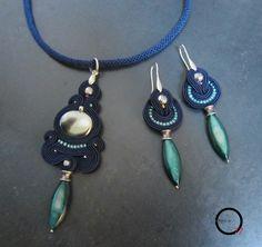 """Parure girocollo e orecchini blu notte, ciondolo con perla cangiante concava, perline rocailles, perle argentate e pendente in madreperla colorata. Girocollo realizzato con tecnica """"kumihimo""""."""