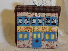 Maison miniature à poser ou à suspendre en tissus sur bloc de mousse : n° 8 l'auberge. : Accessoires de maison par la-fabrique-de-cadot