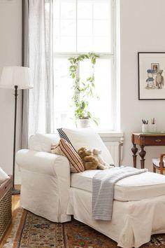 Keskimmäisen pojan huoneen divaani hankittiin Ikeasta, tyyny on Gantin ja…