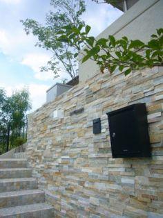 こだわりの石張り壁。高級感を演出。