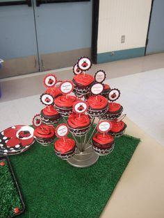 Suporte de cupcakes nas cores e tema